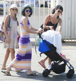 570ba38403637 - נינט טייב והתינוקת יוצאות לטייל
