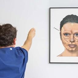 """2718 - תערוכת """"מפגש של מדע ואמנות""""- מאחורי הקלעים של עבודת הרופאים הפלסטיקאים."""