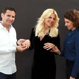 """3108 - סנדרה רינגלרחושפתאת קולקציית התכשיטים שעצבה עבור רשת, """"תכשיטי אימפרס""""."""