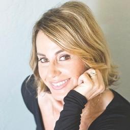 3120 - נדיה קומונצ'י המתעמלת הראשונה בעולם שזכתה לציון 10, תזניק אתמרוץ LIFE RUN, שיערך בתל-אביב.