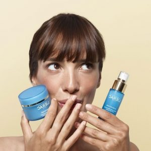 פריז הסדרה הכחולה לשיקום העור צילום אסף לוי 300x300 - מוצרי טיפוח חדשים, להרגעת וטיפוח העור, לקייץ 2021.