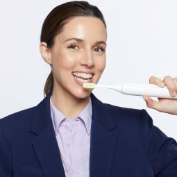 2020 08 11 Toothwave 06831אלונה טל בקמפיין למברשת שיניים ToothWave של ח... - כיצד למנוע ריח רע מהפה גם באמצעות בריאות דנטלית.