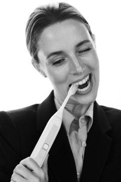 2020 08 11 Toothwave 0688אלונה טל בקמפיין למברשת שיניים ToothWave של חב... 2 - כיצד למנוע ריח רע מהפה גם באמצעות בריאות דנטלית.